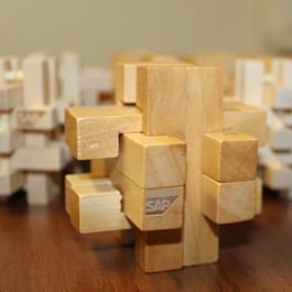 Граиране на лого SAP на дървени пъзели